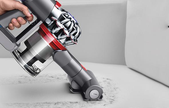 dyson v8 absolute plus l 39 aspirapolvere per lei e per lui. Black Bedroom Furniture Sets. Home Design Ideas